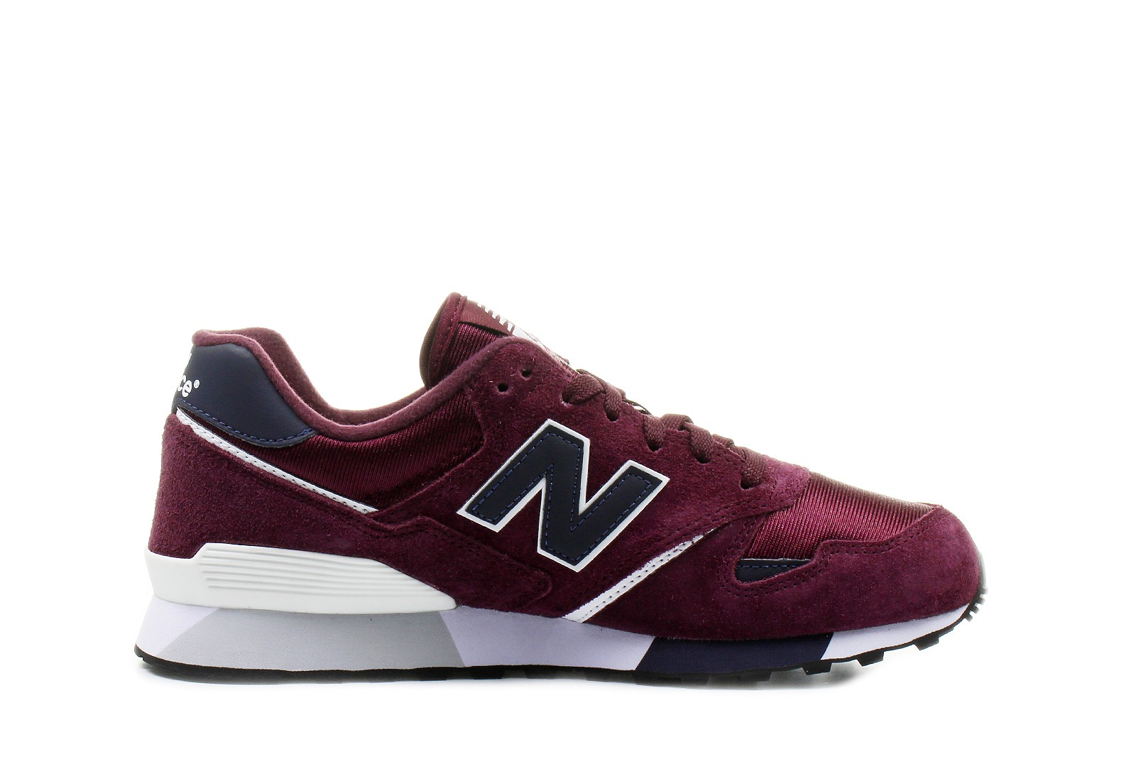 New Balance creates lines of clothing, shoes and accessories to help athletes to always give their best. Between functionality and design, products such as the classic trainers and running shoes feature technological solutions to deliver cushioning, lightness and stability.
